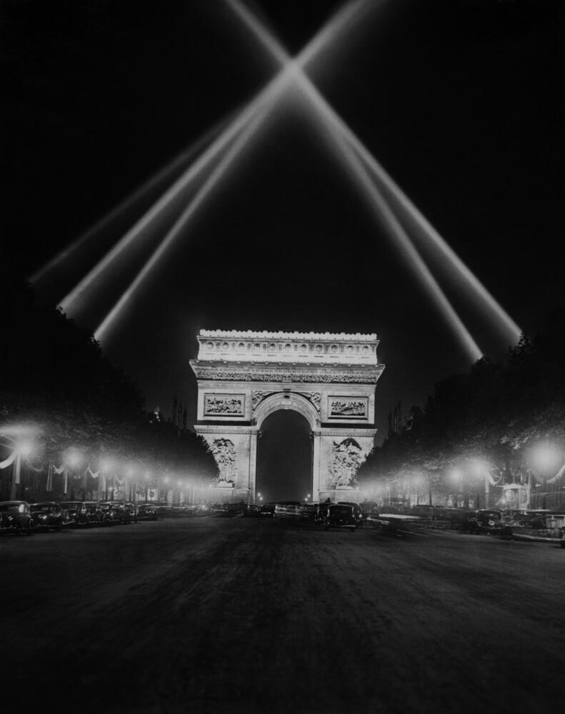 Arc de Triomphe bei Nacht - fotokunst von Süddeutsche Zeitung Photo