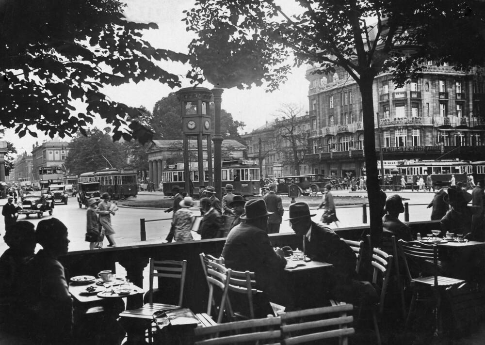 Straßencafé in Berlin - fotokunst von Süddeutsche Zeitung Photo
