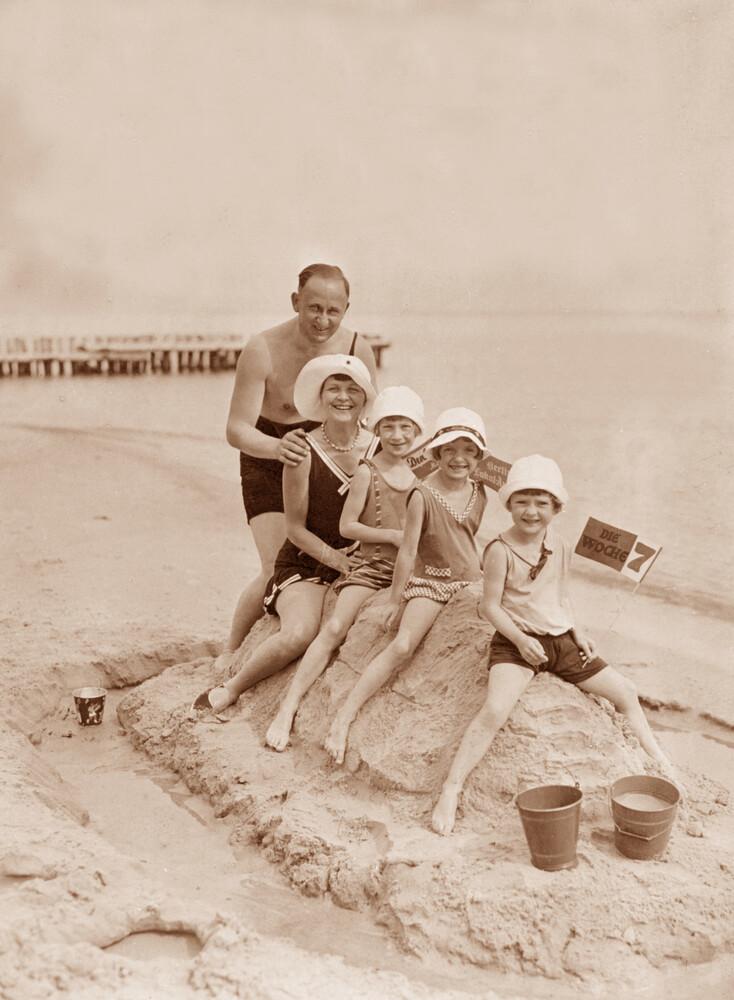 Familienurlaub am Ostseestrand - fotokunst von Süddeutsche Zeitung Photo