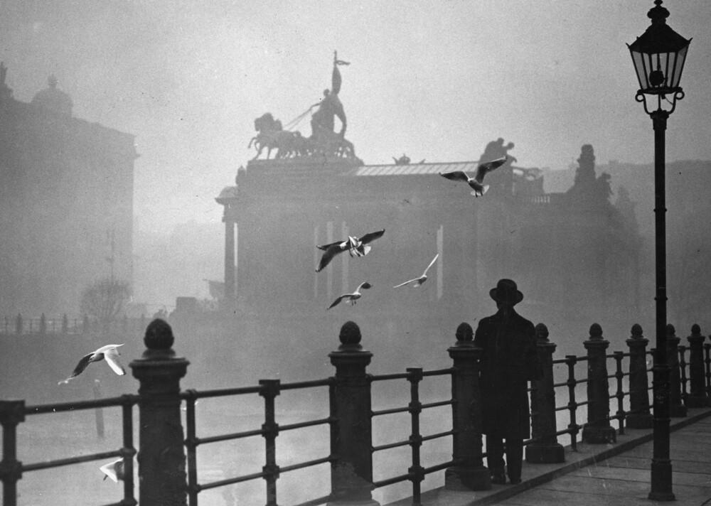 Berlin im Nebel - fotokunst von Süddeutsche Zeitung Photo