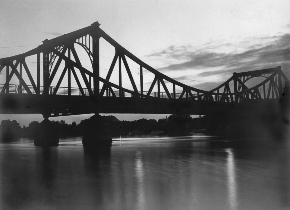 Glienicker Brücke - fotokunst von Süddeutsche Zeitung Photo