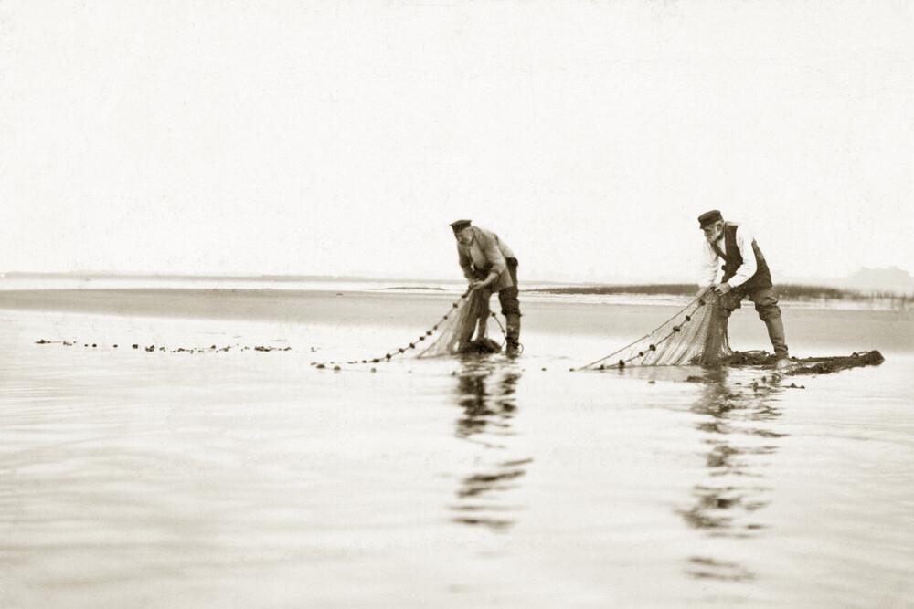 Fischer holen ihre Netze ein - fotokunst von Süddeutsche Zeitung Photo