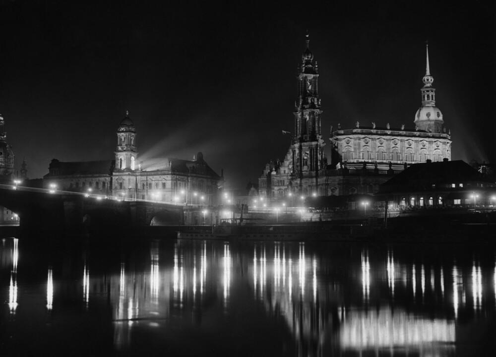 Dresden bei Nacht - fotokunst von Süddeutsche Zeitung Photo