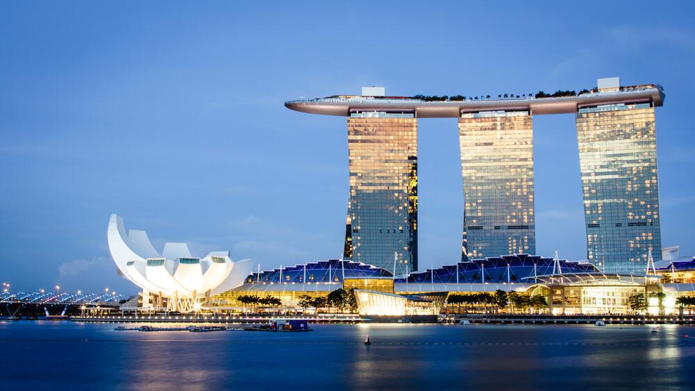 Singapore Gold N Blue - fotokunst von Cristof Bals