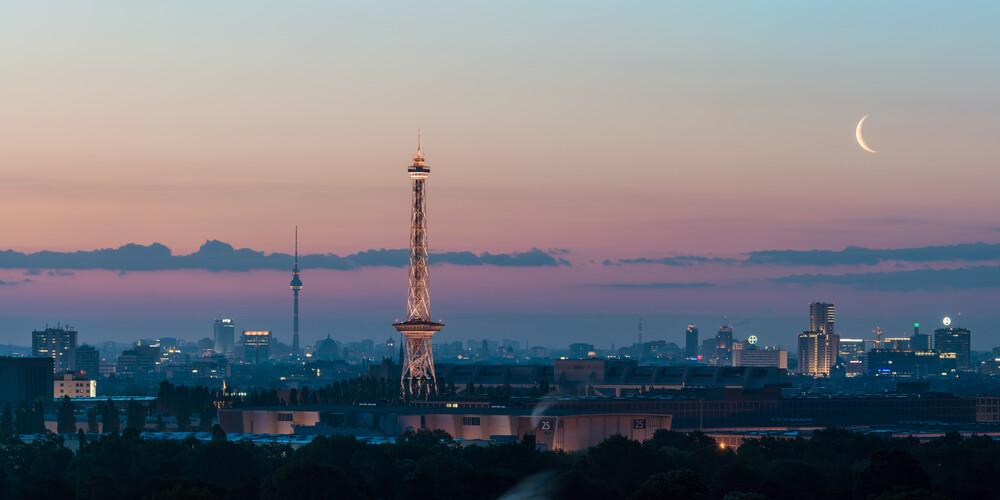 Berlin - Skyline Panorama bei Sonnenaufgang - fotokunst von Jean Claude Castor