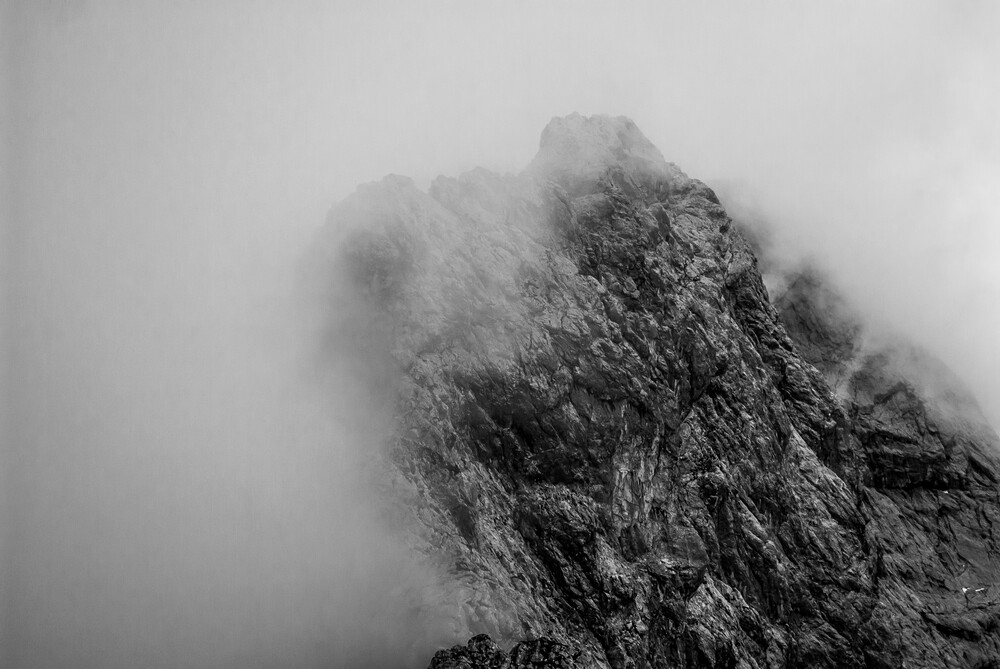 nebel vs berg - fotokunst von Sascha Hoffmann-Wacker