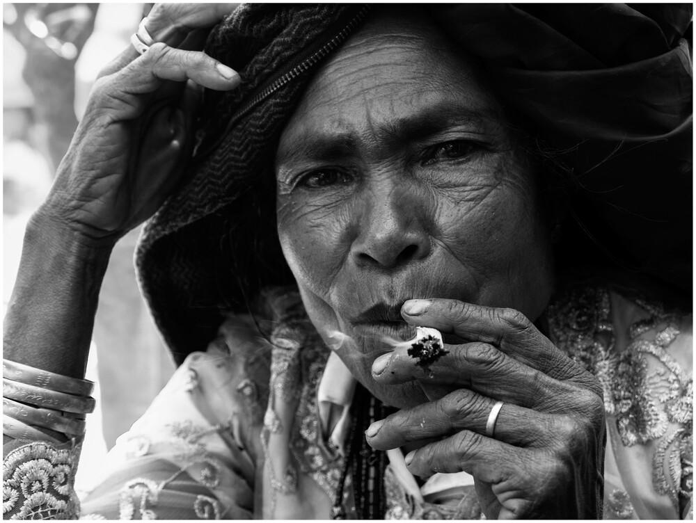 Timorese woman smoking - fotokunst von Ricardo Spencer