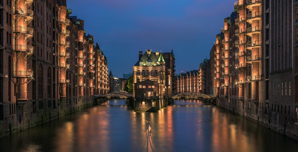 Hamburg - Speicherstadt Panorama zur blauen Stunde - fotokunst von Jean Claude Castor