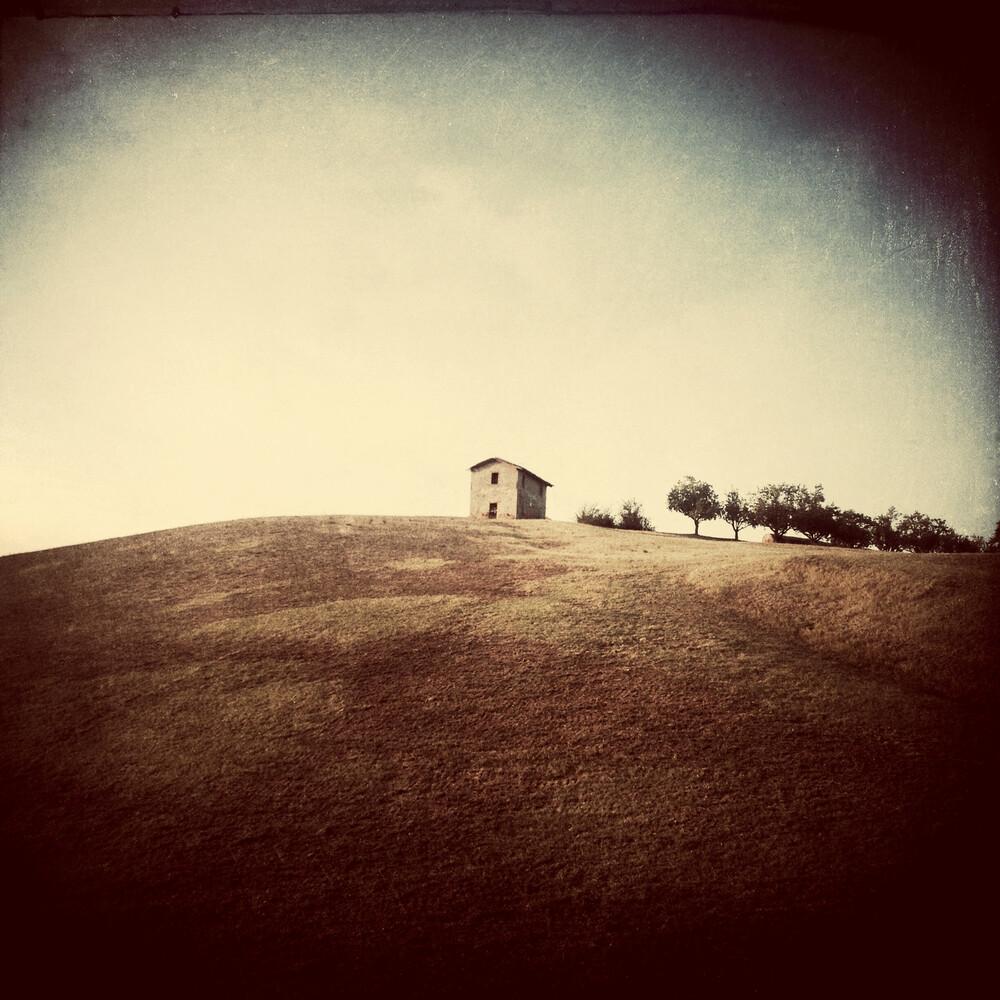 Das Haus auf dem Hügel - fotokunst von Michael Meinhard