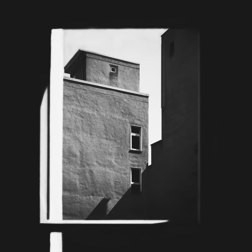 das Fenster zum Hof - fotokunst von Klaus Lenzen