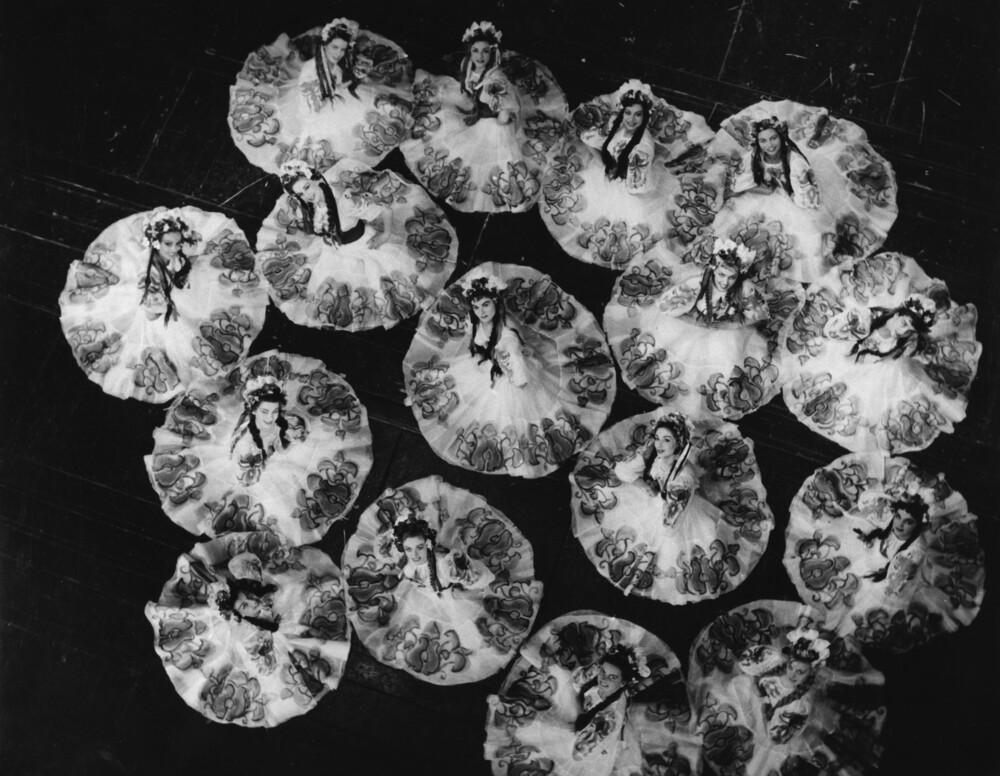 Tänzerinnen mit drehenden Röcken - fotokunst von Süddeutsche Zeitung Photo