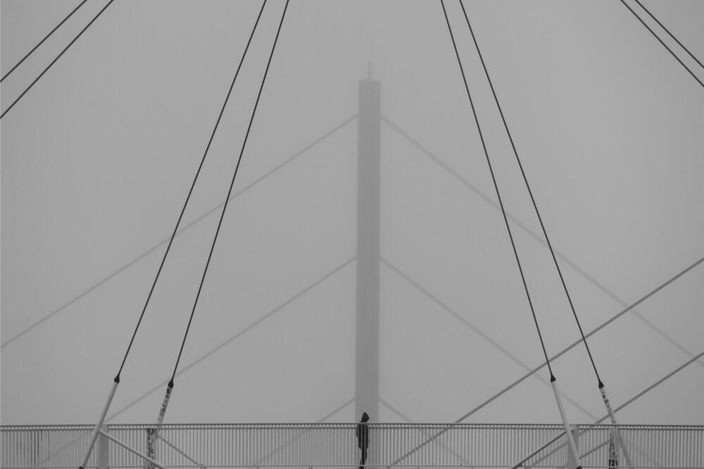 Brückengänger - fotokunst von Klaus Lenzen