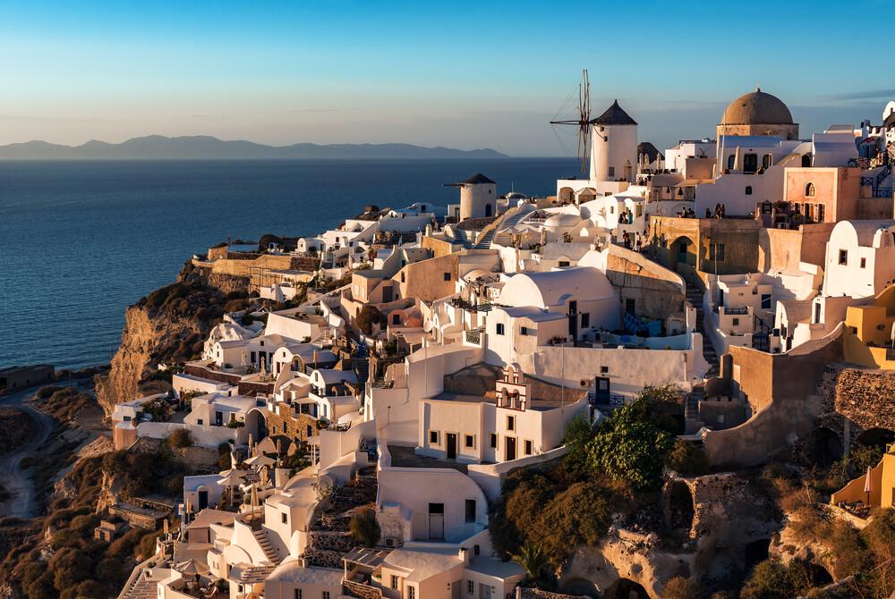 Santorini - Oia Classic IV - fotokunst von Jean Claude Castor