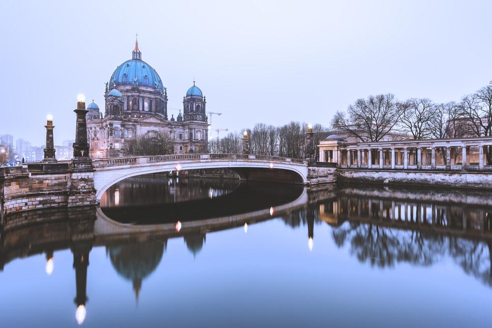 Berliner Dom im Grau des Winters - fotokunst von Jean Claude Castor