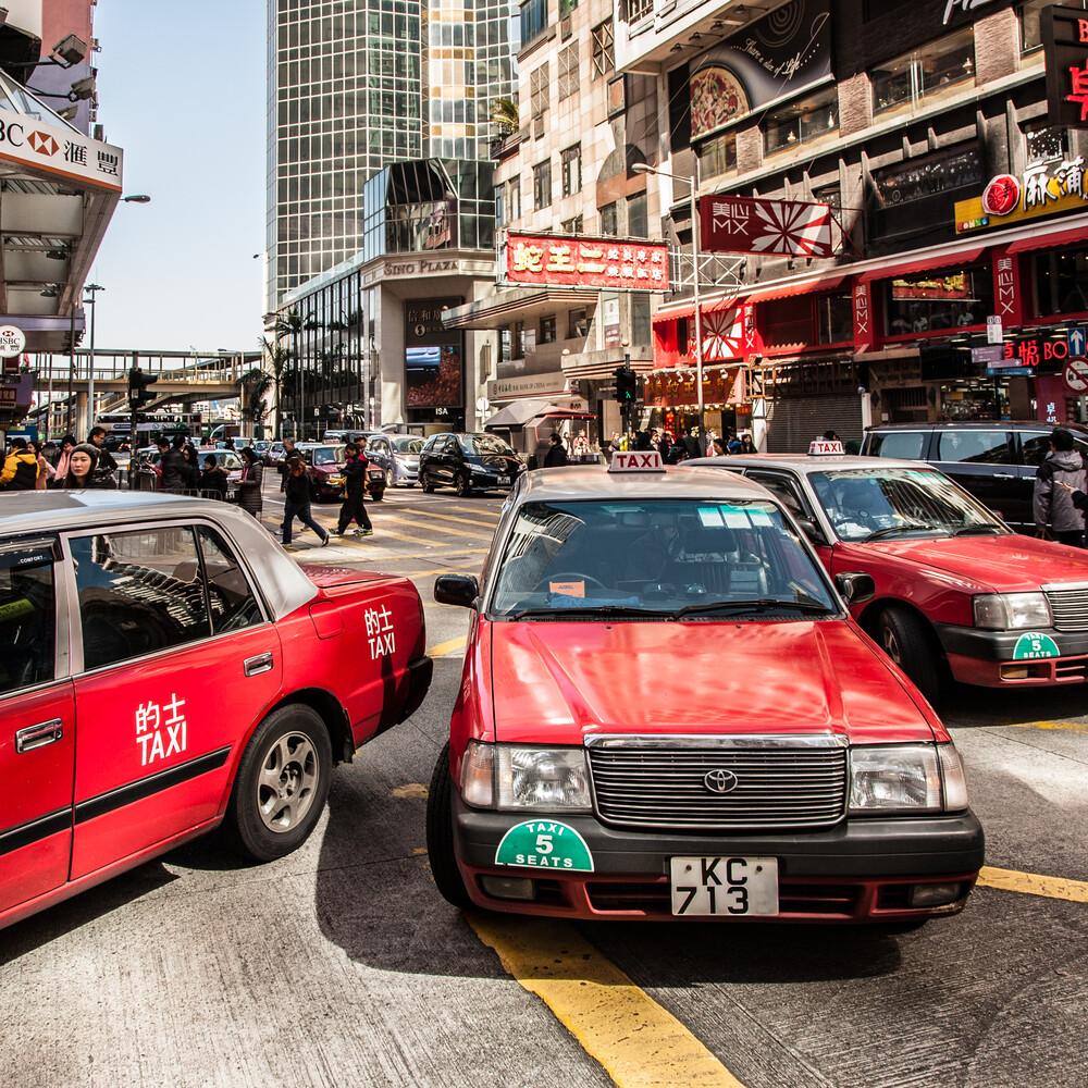 red taxis - fotokunst von Sebastian Rost