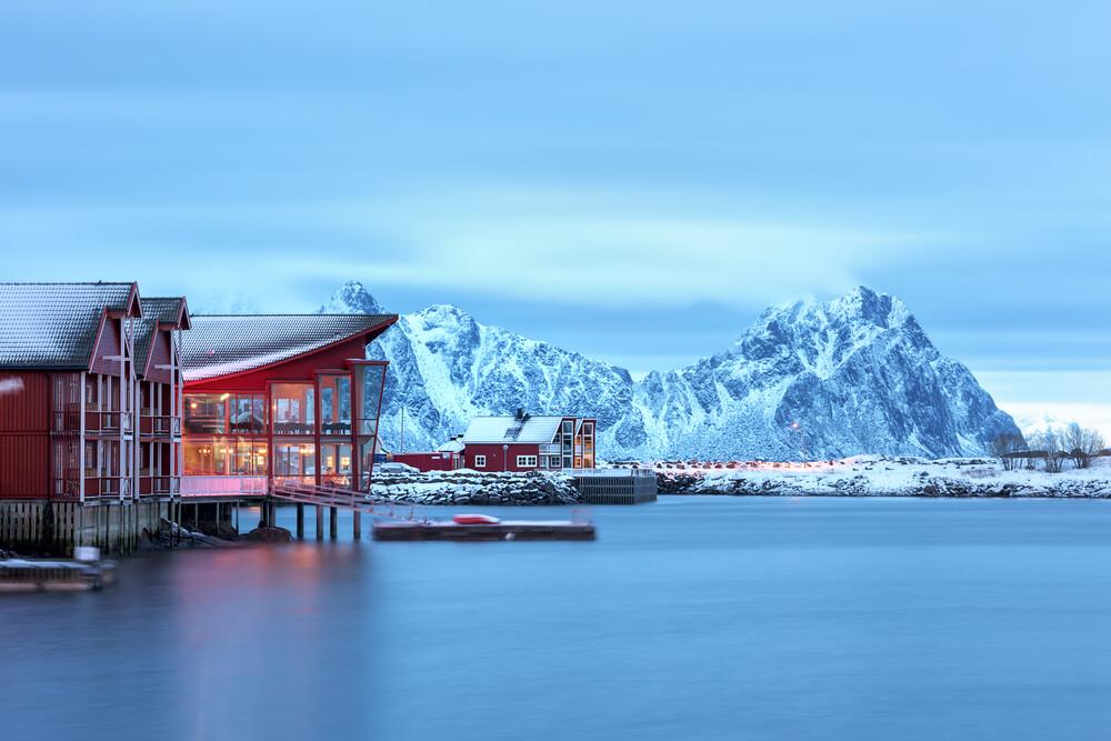 Rote Häuser am Hafen von Svolvaer - Fineart photography by Michael Stein