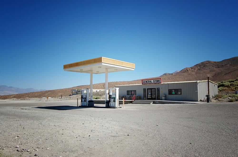 Gasstation in Death Valley. - fotokunst von Katja Diehl