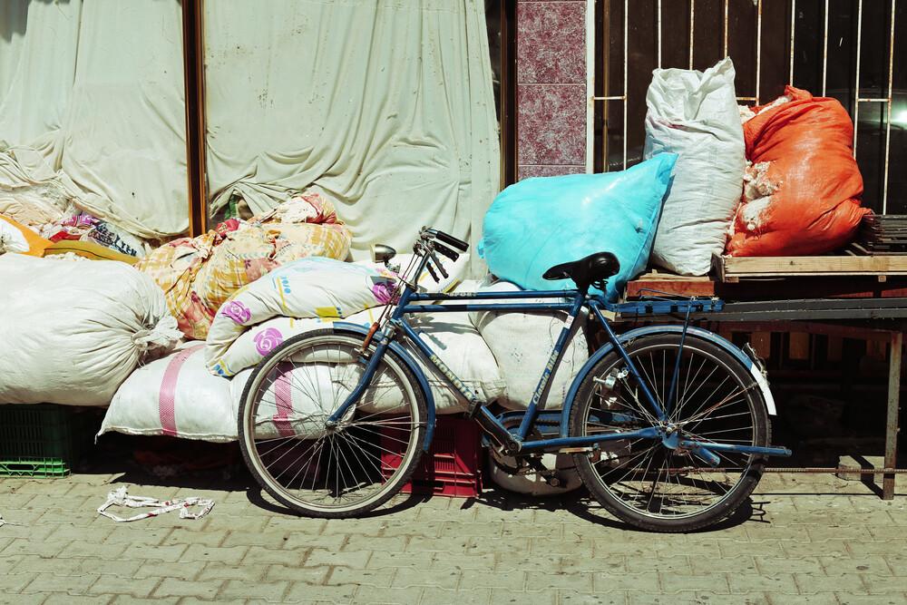 WAIT FOR A CYCLIST - fotokunst von Ivonne Wentzler