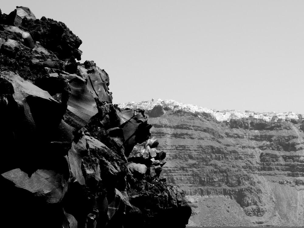Santorin - Stadt am Berg - fotokunst von Neeltje Obergfell