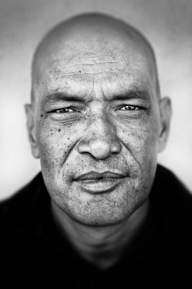 Man in Kathmandu - fotokunst von Victoria Knobloch