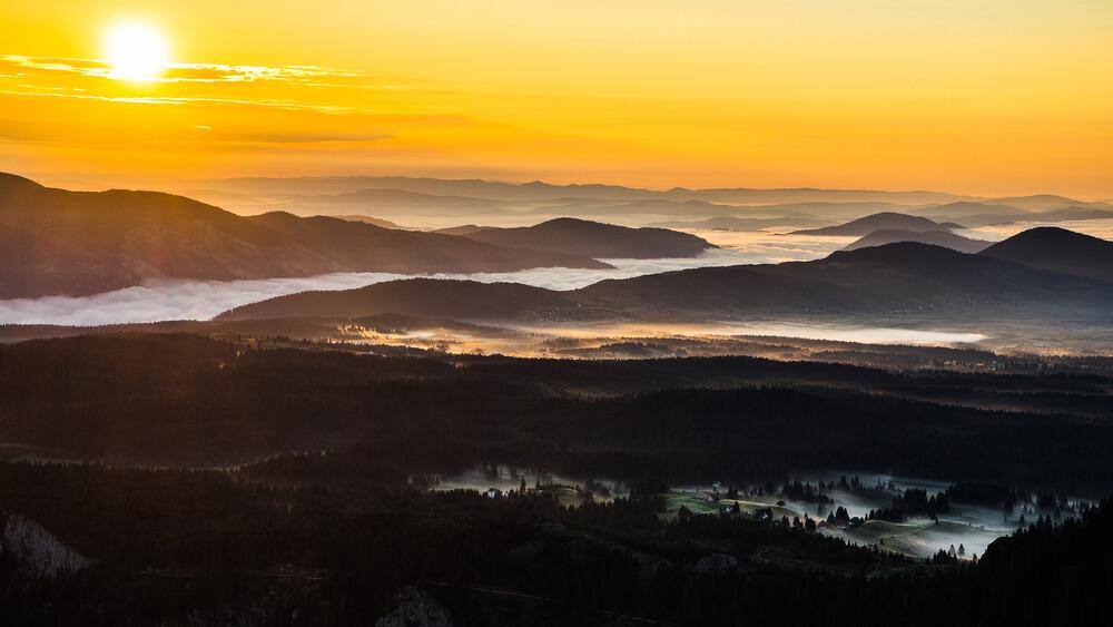 Sunrise Over the Mountain Range - fotokunst von Dejan Dajkovic