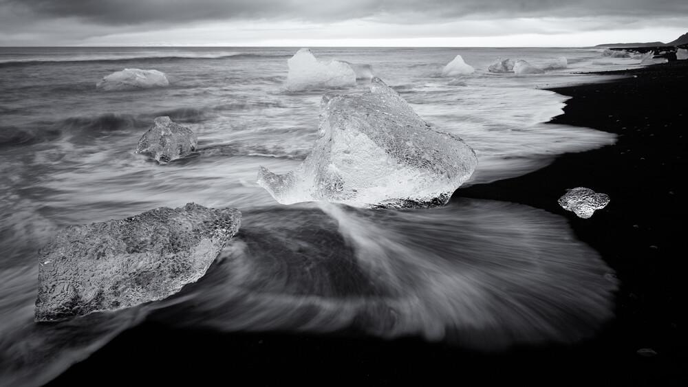Langzeitbelichtung von Eisbergen im Sonnenaufgang am Strand von Joekulsarlon - fotokunst von Dennis Wehrmann