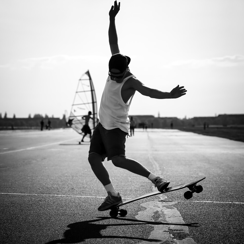 Skater auf dem Tempelhofer Feld - fotokunst von Arno Simons