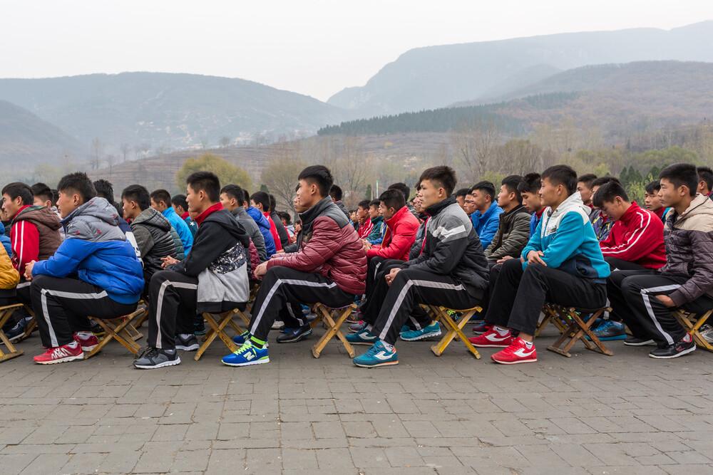 Kung-Fu Schüler beim Appell vorm Shaolin Tempel - fotokunst von Arno Simons