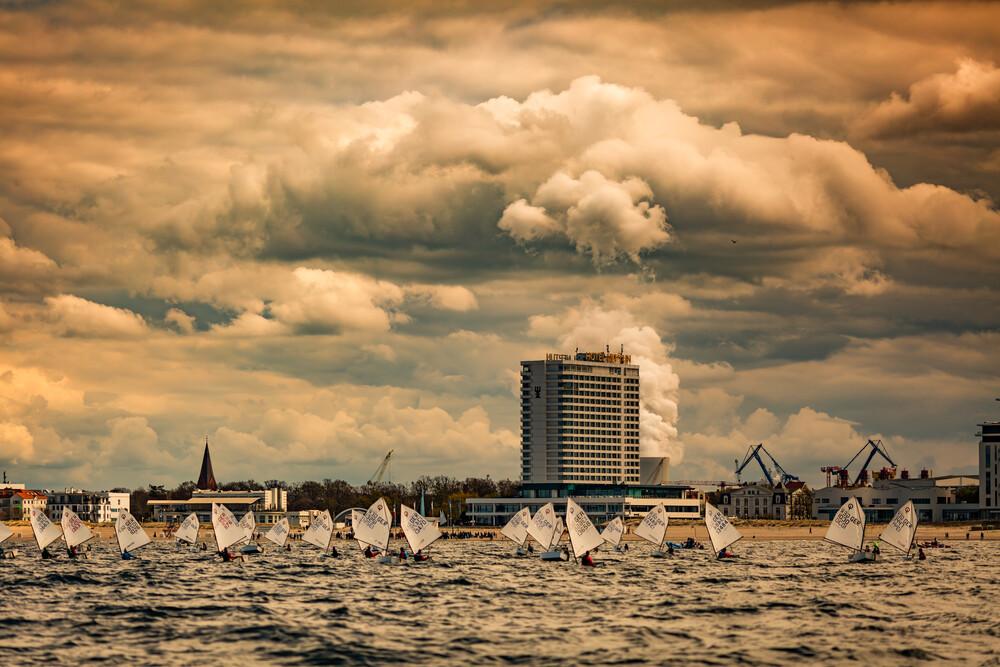 Optimist-Regatta vor Warnemünde - fotokunst von Sebastian Rost