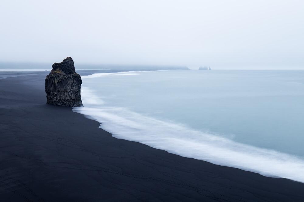 Einsamer Felsen am Strand von Dyrhólaey - fotokunst von Moritz Esser