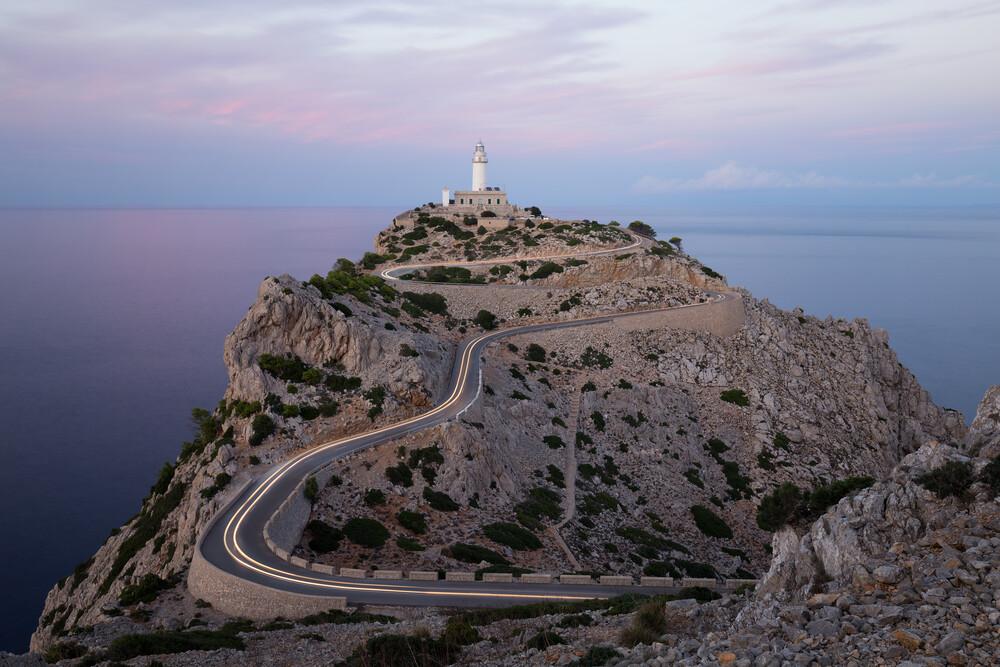 Leuchtturm am Cap Formentor auf Mallorca - fotokunst von Moritz Esser