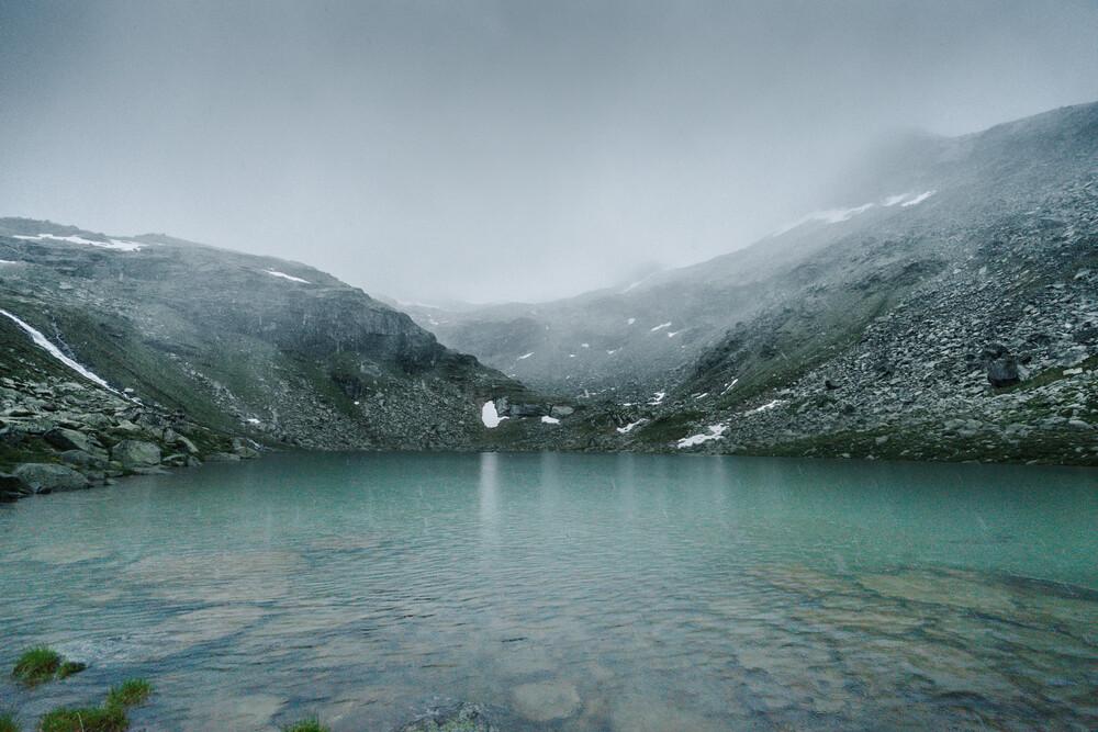 Bergsee im Nebel - fotokunst von Felix Finger
