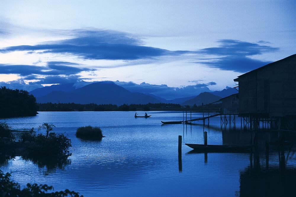 Meditation in Blue - Vietnam - fotokunst von Silva Wischeropp
