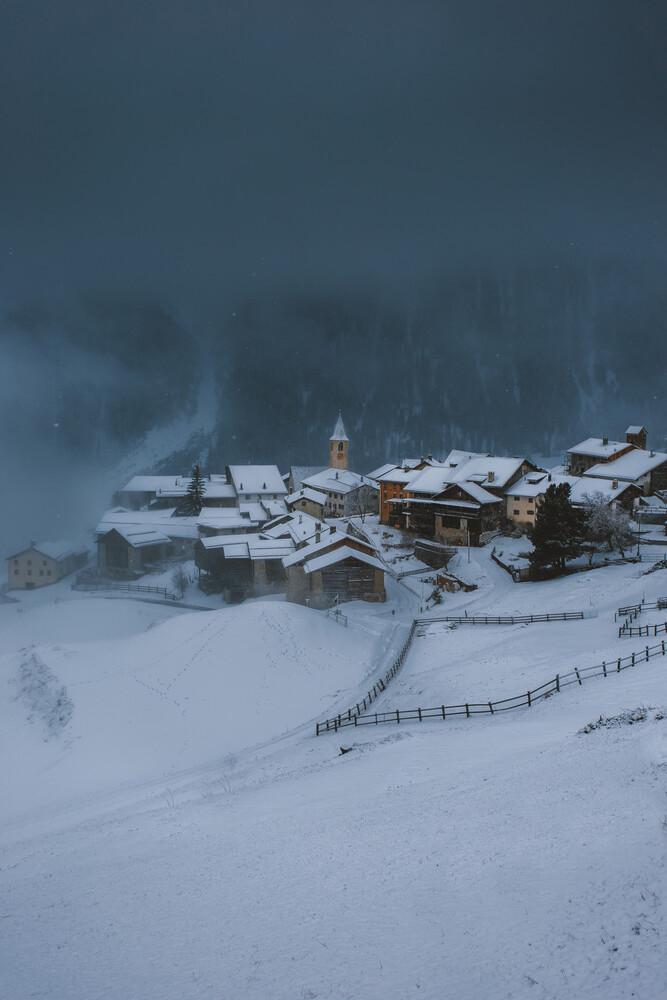 Schweizer Bergdorf im Schneesturm - fotokunst von Jan Keller