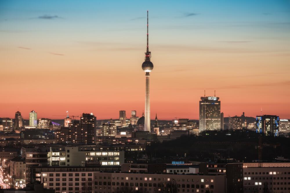 Berlin Skyline Am Volkspark Friedrichshain zum Sonnenuntergang - fotokunst von Jean Claude Castor