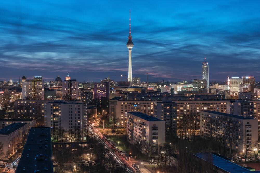 Berlin Skyline Panorama zur blauen Stunde - fotokunst von Jean Claude Castor