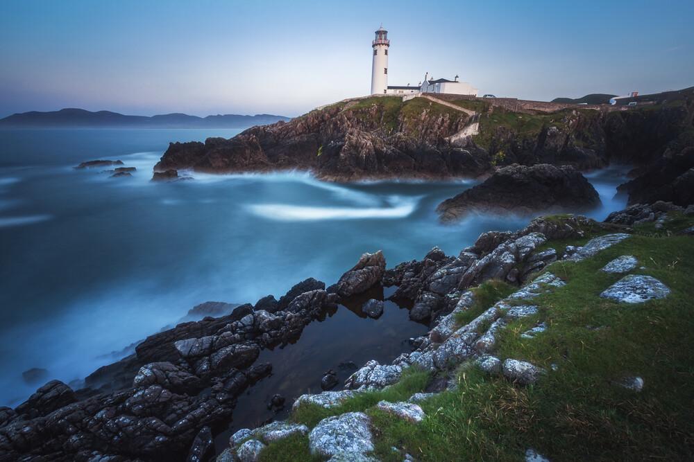 Irland Küste mit Leuchtturm - fotokunst von Jean Claude Castor
