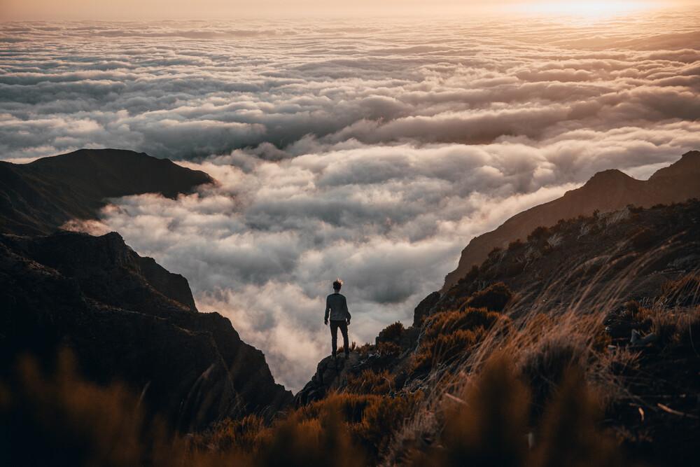 Wanderer über über dem Nebelmeer. - fotokunst von Johannes Hulsch