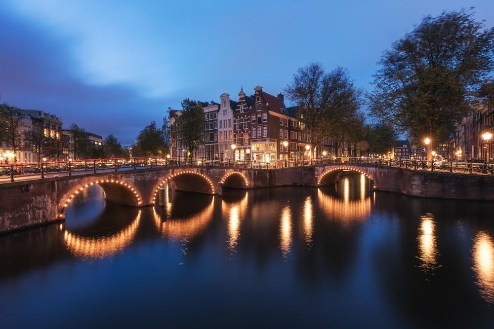 Blaue Stunde in Amsterdam - fotokunst von Jean Claude Castor