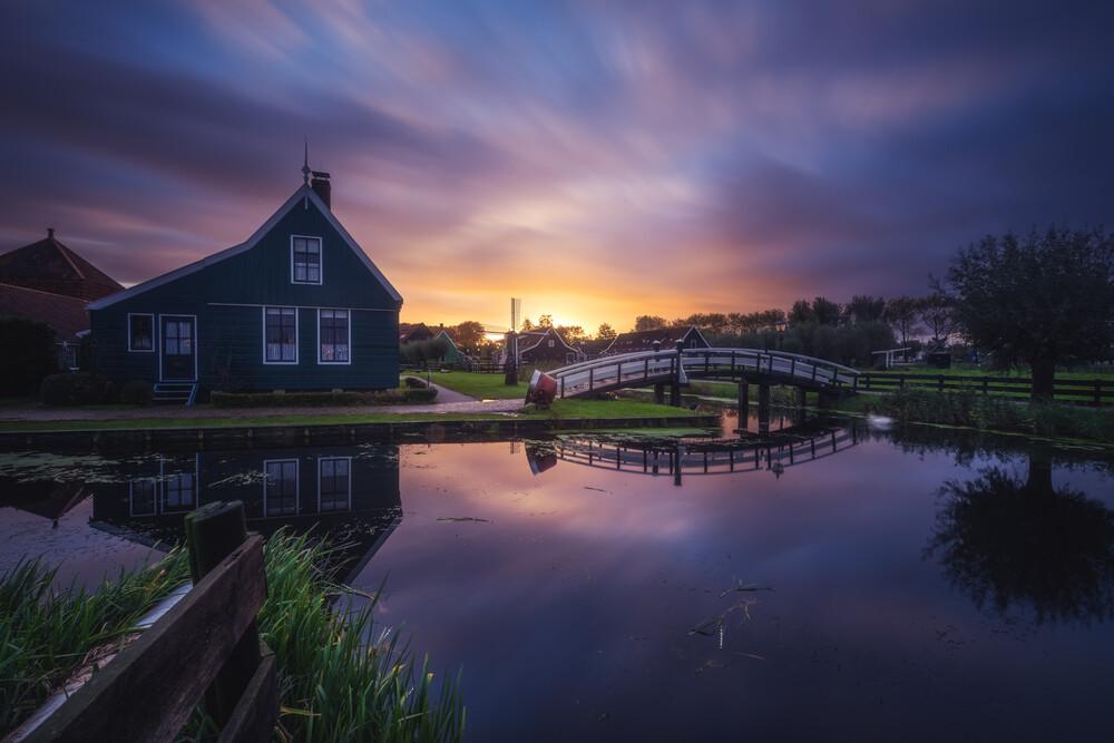 Amsterdam Zaanse Schans Sonnenaufgang - fotokunst von Jean Claude Castor