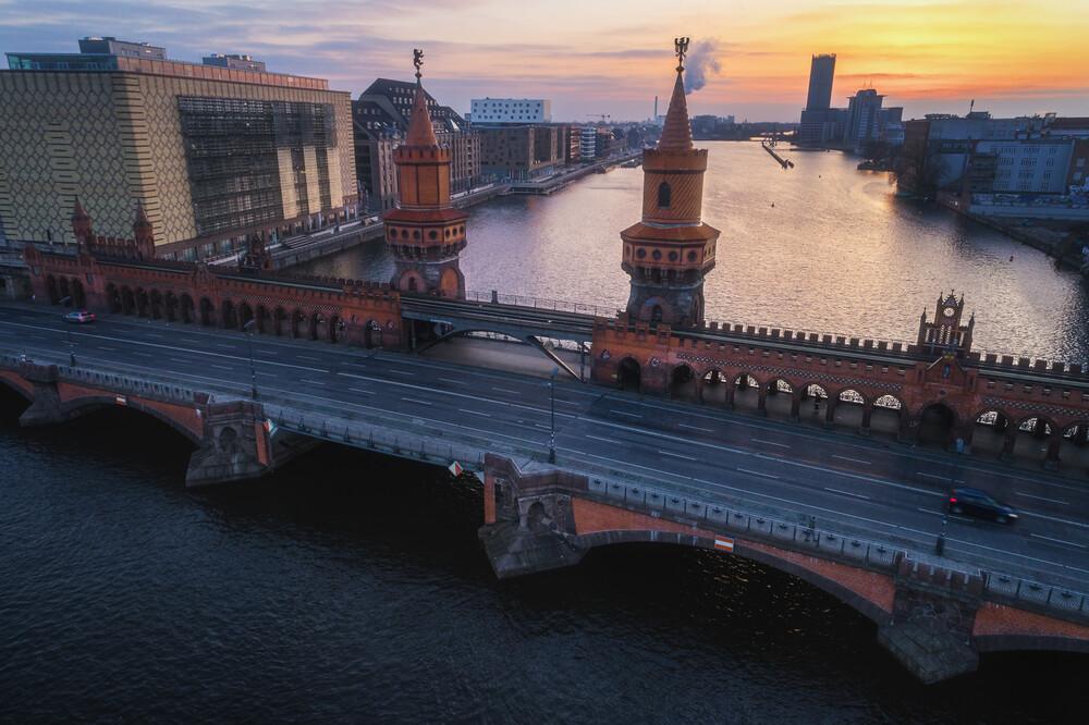 Berlin Oberbaumbrücke zum Sonnenaufgang - fotokunst von Jean Claude Castor