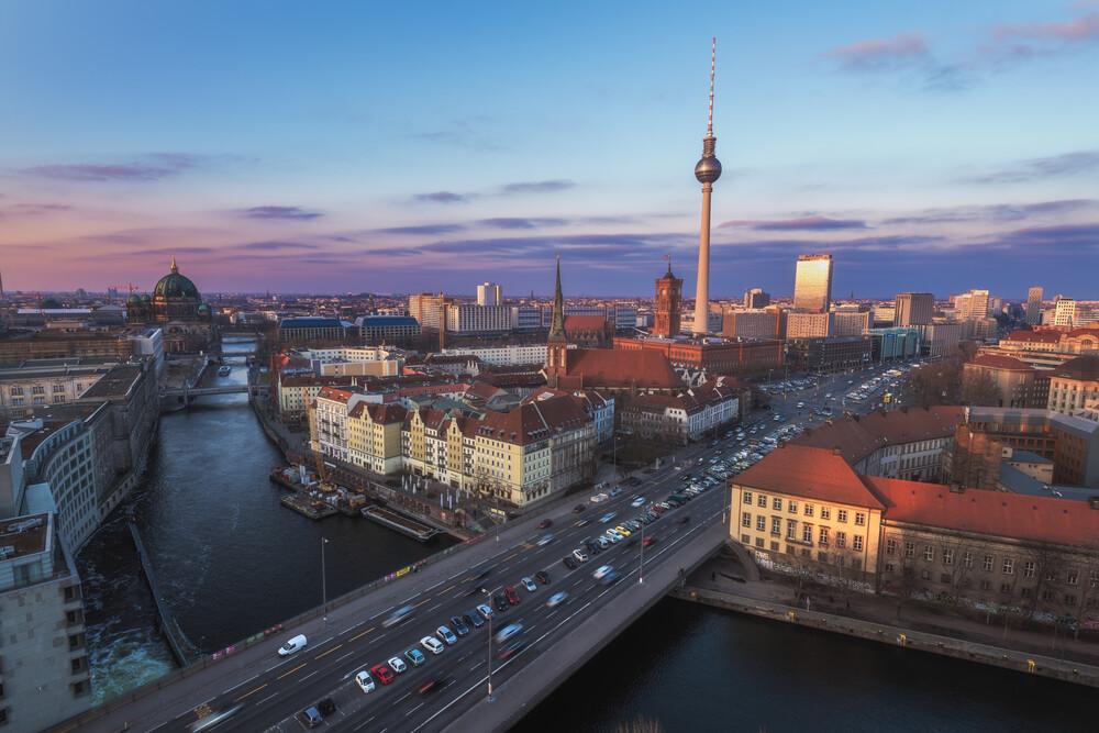 Berlin Abendhimmel über der Stadt - fotokunst von Jean Claude Castor