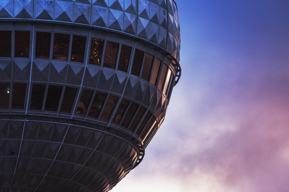 Berlin Fernsehturm Ganz Nah - fotokunst von Jean Claude Castor