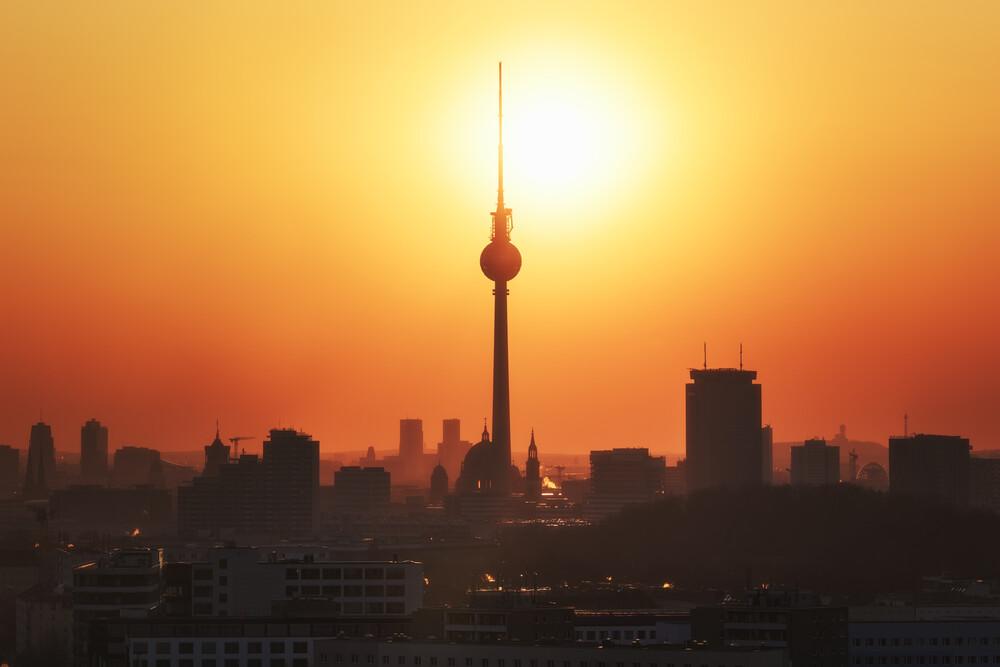 Berlin Skyline zum Sonnenuntergang - fotokunst von Jean Claude Castor
