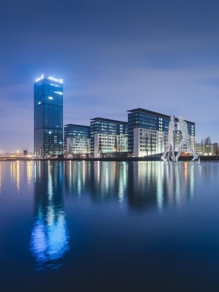 Berliner Osthafen und Molecule Men am Abend - Fineart photography by Ronny Behnert