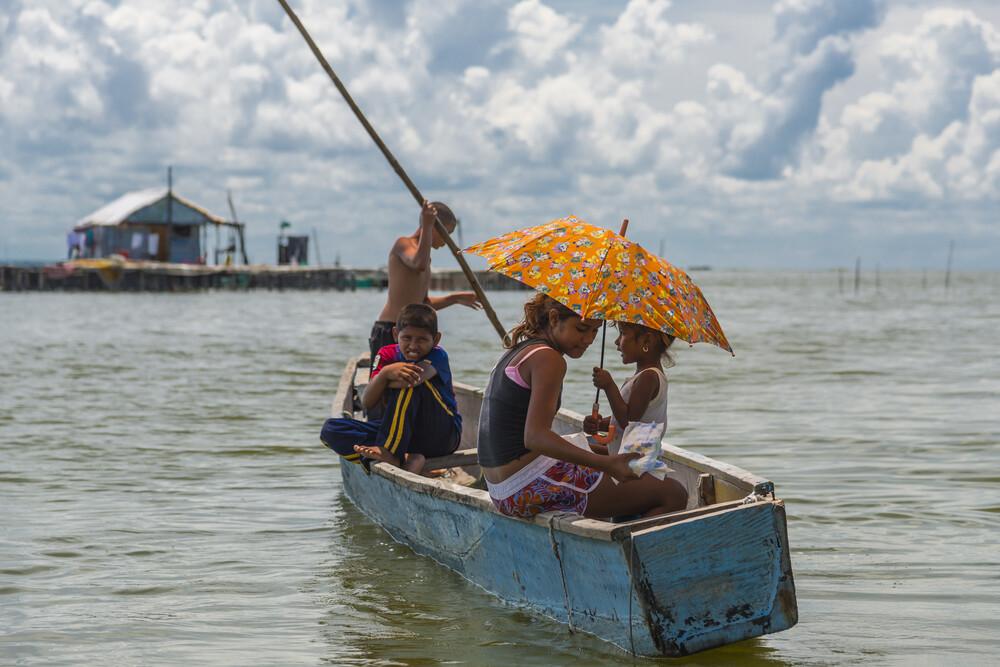 Kinder im Boot - fotokunst von Olaf Dorow