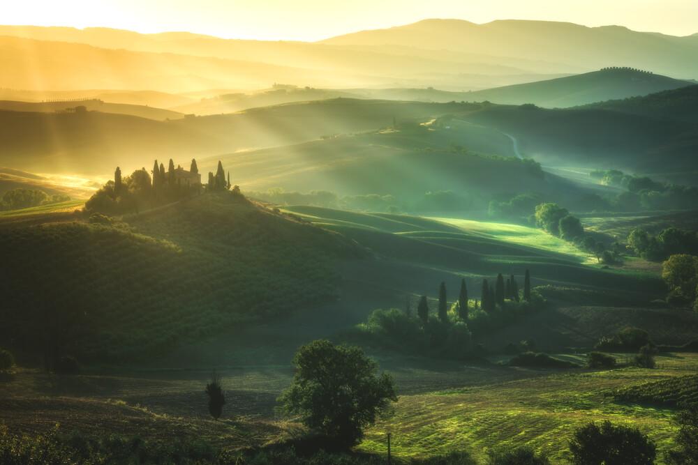 Toskana San Quirico d'Orcia zum Sonnenaufgang - fotokunst von Jean Claude Castor
