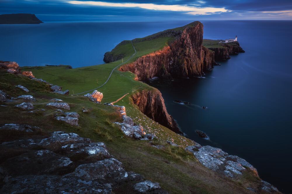 Neist Point Leuchtturm zur blauen Stunde - fotokunst von Jean Claude Castor