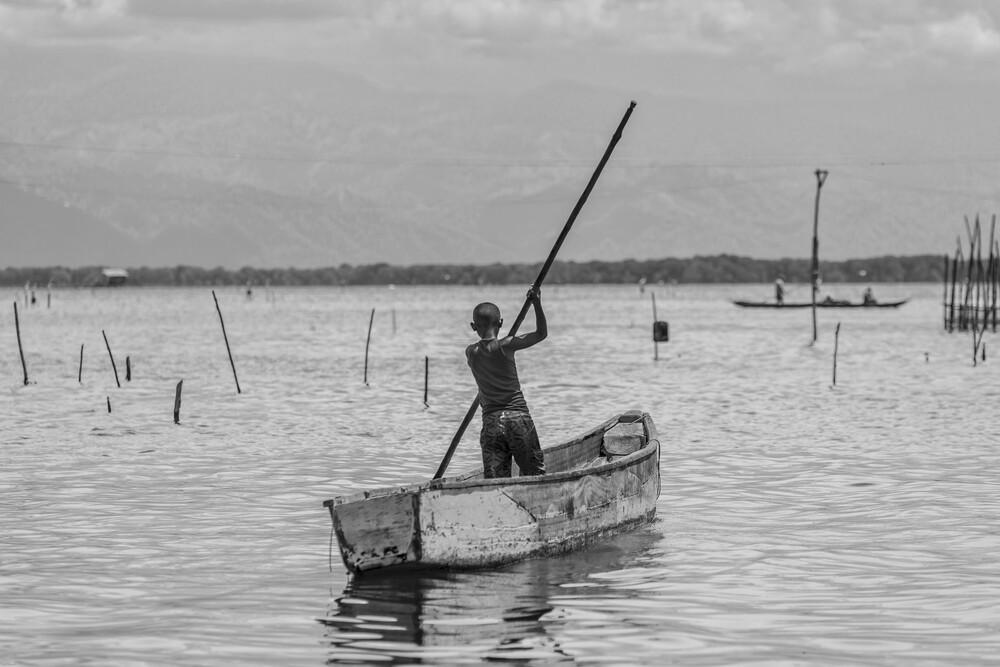 Fischerjunge im Boot - fotokunst von Olaf Dorow