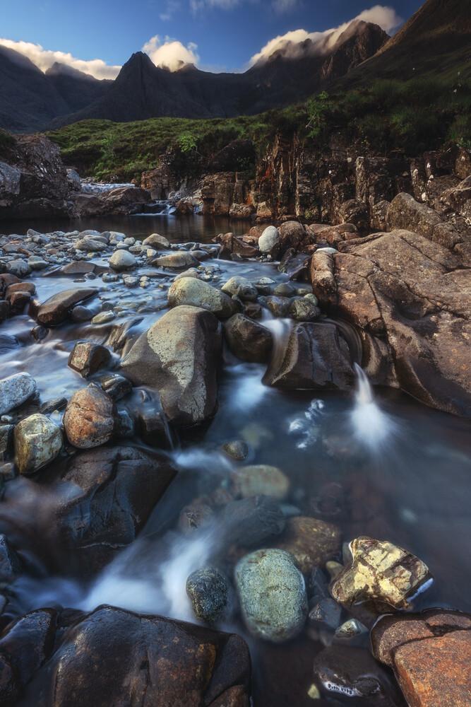 Schottland Isle of Skye Fairy Pools - fotokunst von Jean Claude Castor
